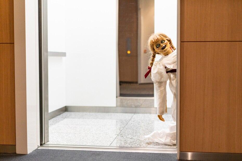エレベーターが開くとアナベルちゃん